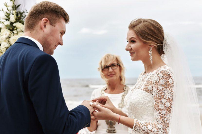 ślub na plaży nad polskim morzem